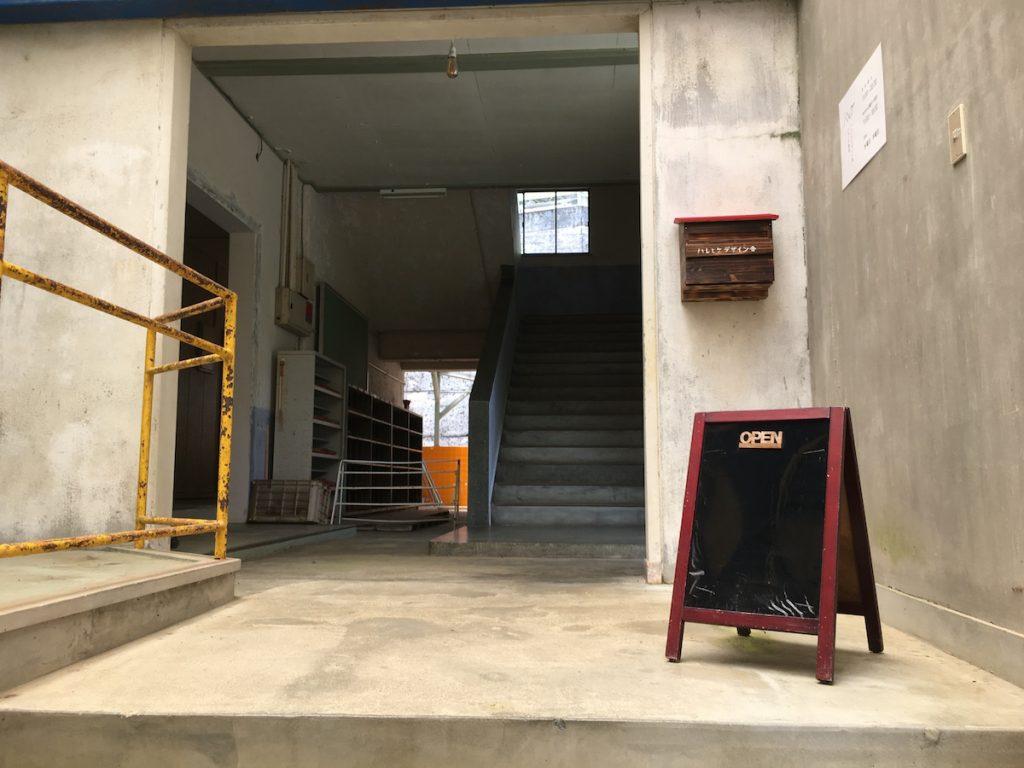 階段を上がった先に!